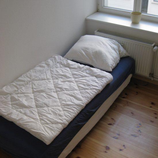 Kleines Zimmer in 2er WG zu vermieten – ZENTRALE LAGE –